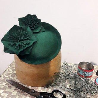 """""""Percher"""" Fascinator aus Haarfilz mit handgearbeiteten Blüten und Schleier im Werden."""