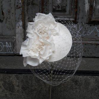 """""""Percher"""" als Brautgesteck gearbeitet mit feinem Gesichtsschleier und Seidenblüten"""