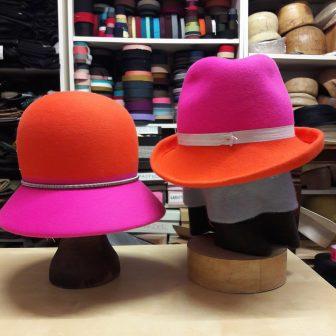 zweifarbig aufgespannte Hüte aus feinem Haarfilz