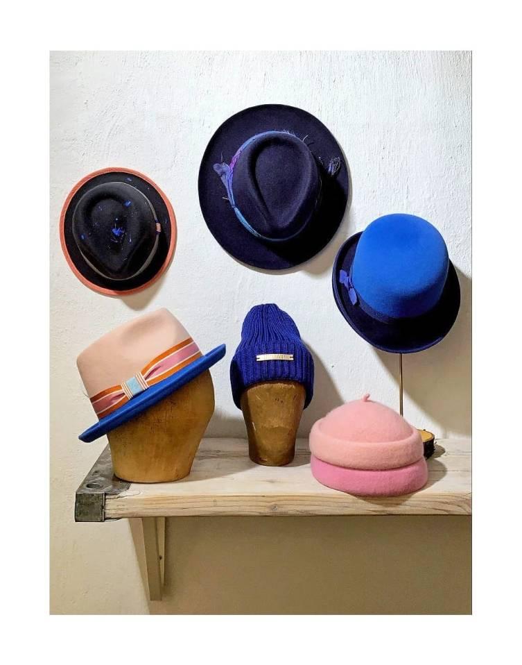 diverse Hüte und Mützen aus der Kollektion Winter 20/21 in royal und rosa