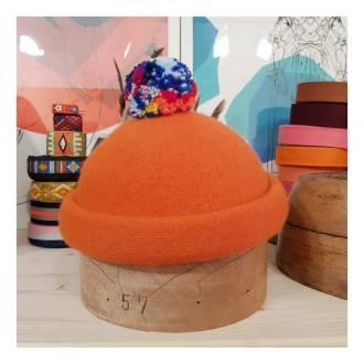 """Rollrandmütze """"Jacques"""", reine Wolle in orange mit buntem Bommel. Verfügbar in 40 Farben"""