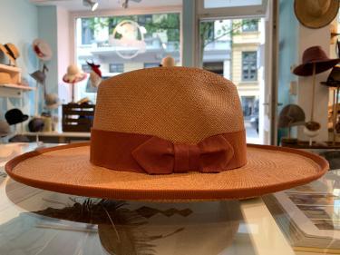 Panamahut mit geradem Rand, Einfass und Schleife. Mehrere Farben möglich