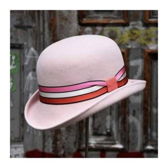 Bowler in rosa Haarfilz mit gestreiftem Ripsband als Dekoration.