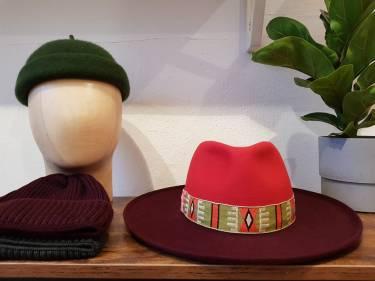 Fedora in zweierlei Rot mit Ethnoband, Rollrandmütze Jacques und verschiedene Merinomütze