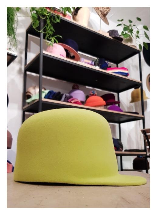 """""""Bowlercap"""" in hellem Gelb mit geradem Schirm. In vielen Farben möglich"""